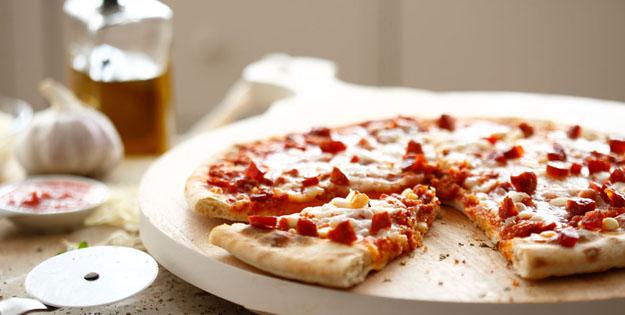 Pizza casera de chorizo con un toque picante