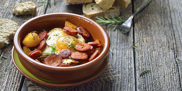 Huevos escalfados con guisantes y chorizo
