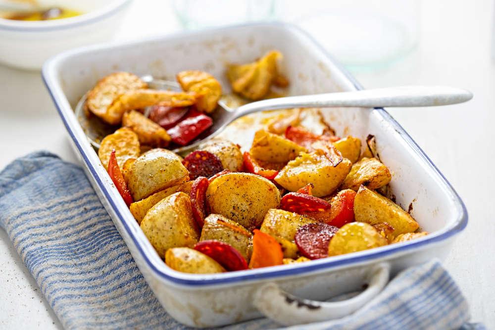 Patatas al horno, con chorizo y pimiento rojo