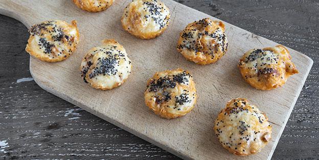 Bouchées de chorizo con queso emmental y semillas de amapola